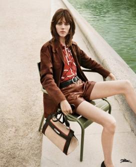 光明之城的故事-弗莱娅-贝阿・埃里克森-Longchamp 2018春夏系列活动-新季节还聚焦了复古风格的太阳镜,卡其夹克和皮革便鞋