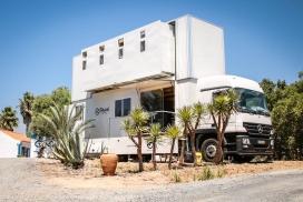 奔驰两层高的冲浪酒店房车-这是一辆实用的卡车,增加了一些豪华功能,以保持卡车司机的快乐