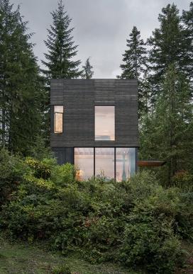 坐落可以俯瞰华盛顿普吉特湾悬崖上的房屋
