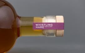 利用自然灵感为其标志,为每种类型的酒分配颜色,并用更少的玻璃制造瓶装,从而减少二氧化碳排放