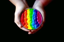高清晰手捧彩虹涂料壁纸
