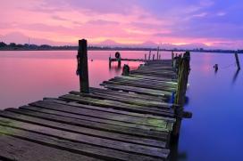 高清晰美丽夕阳下的木码头观景台壁纸