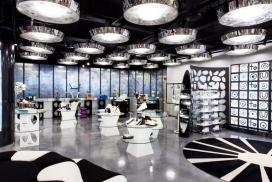 米兰设计商店-黑色和白色的内饰搭载着品牌的圆形图案