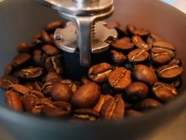 高清晰粉碎机中的咖啡豆壁纸