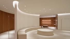 使用石灰石和樱桃木作为最小的东京Jil Sander商店
