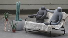 旨在减少都市孤独感的无头人形枕头
