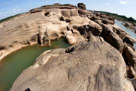 高清晰海滨岩石山壁纸