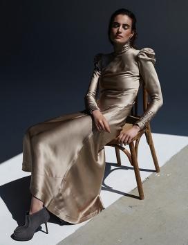 马术-穿着长裙缀饰衬衫和皮革配饰的宝琳范德