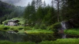 高清晰被绿色山与湖包围的小屋壁纸