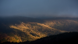 秋季山地多云景观