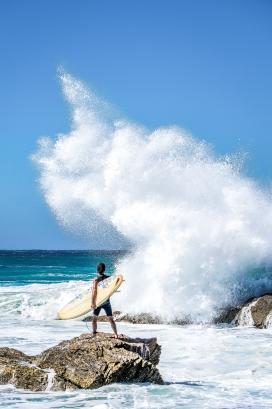 高清晰海边冲浪者