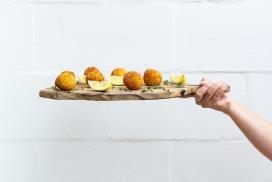 高清晰油炸土豆球与柠檬壁纸