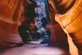 高清晰美丽的戈壁山洞沙漠壁纸