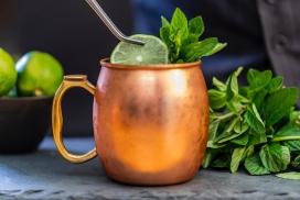 泡绿色柠檬水的金桐茶壶