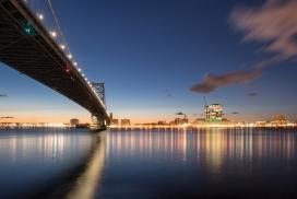 桥下的江边夜景