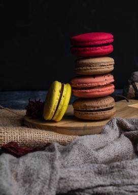 叠在一起的五彩马卡龙饼干