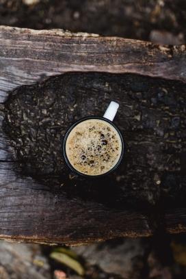 高清晰木桩上的热咖啡奶茶IMAC壁纸