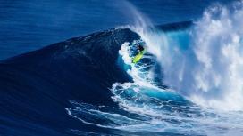 高清晰蓝色大海中的冲浪人