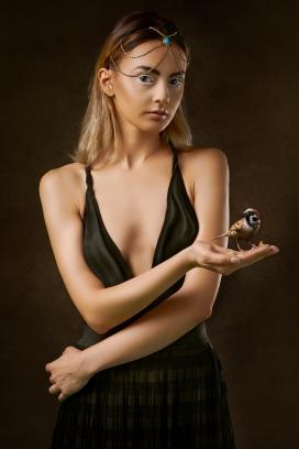 手端麻雀鸟穿时尚吊带裙的金发女郎