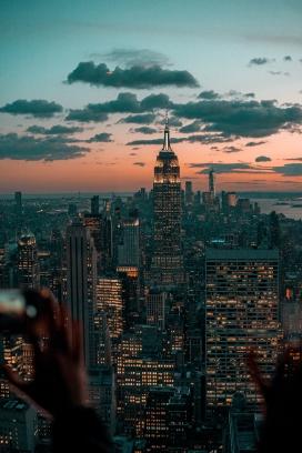 https://www.2008php.com/高清晰城市高楼夜景壁纸