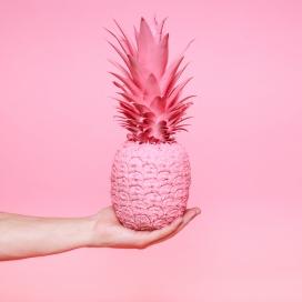 手心上的粉红色菠萝