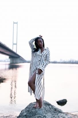 立交桥下的非洲女人