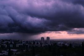 紫色乌云下的城镇