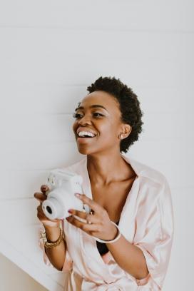 开心拍照的非洲短发女子