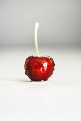 晶莹剔透冰镇的单棵红樱桃