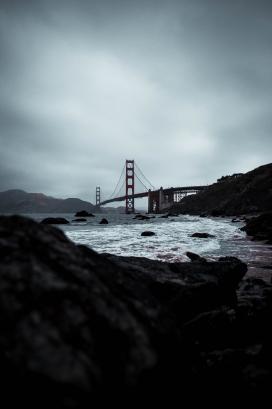 暴雨后的吊桥