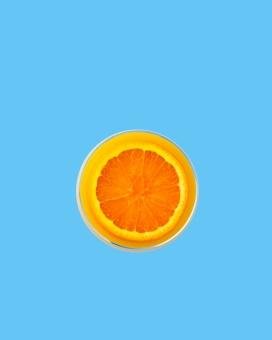 水杯中的脐橙水果片