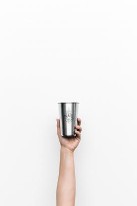 手握不锈钢水杯