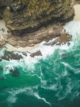 撞击海岛的蓝色海水
