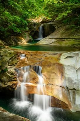 岩壁瀑布水潭