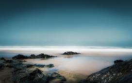 唯美的雾气海岸线美景