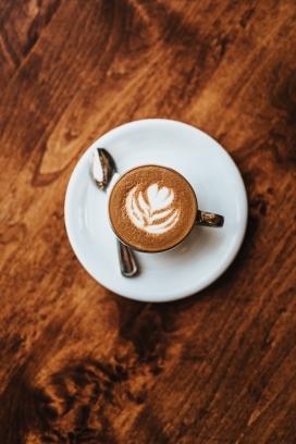 木质地板上的美味拉花咖啡