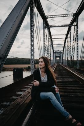 坐在铁轨桥看风景的女子
