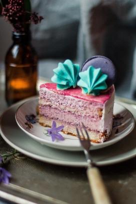 碟子中的五彩蛋糕