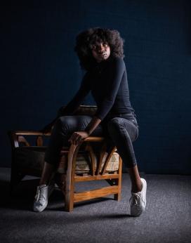 坐在凳子上的爆炸头非洲女子
