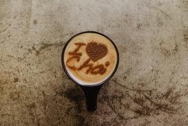 诱人的字母拉花型咖啡下午茶