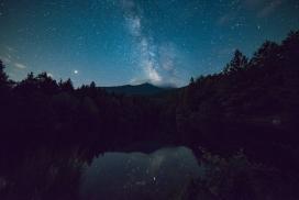 池塘上空的星空