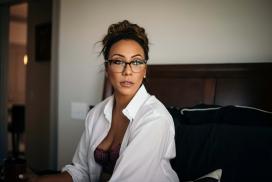 性感穿白衬衫戴眼镜的白领
