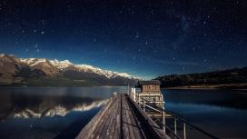 满天星湖泊边的木质栏杆甲板
