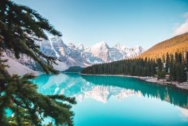雪山蓝湖美景