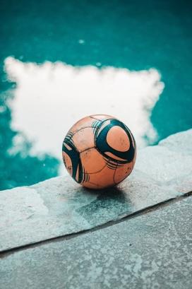 游泳池边的足球