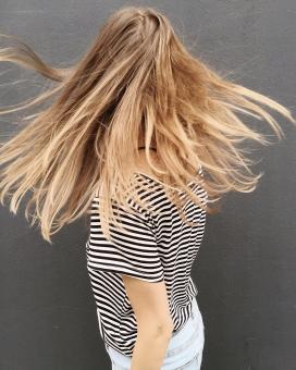 甩金色头发的斑马条纹女子