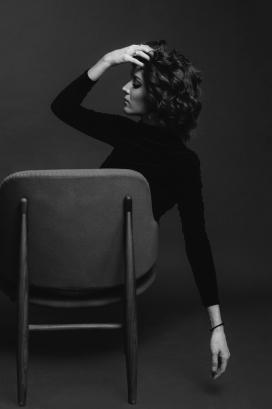 靠背椅上的卷发女子