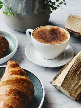 羊角面包与拿铁咖啡