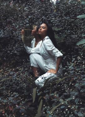 https://www.2008php.com/丛林中拿镜子的白衣女子