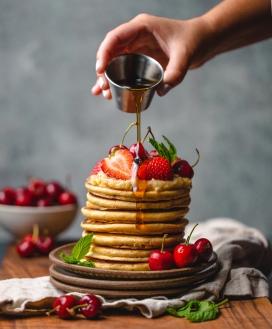 浇蜂蜜汁的叠层烙饼